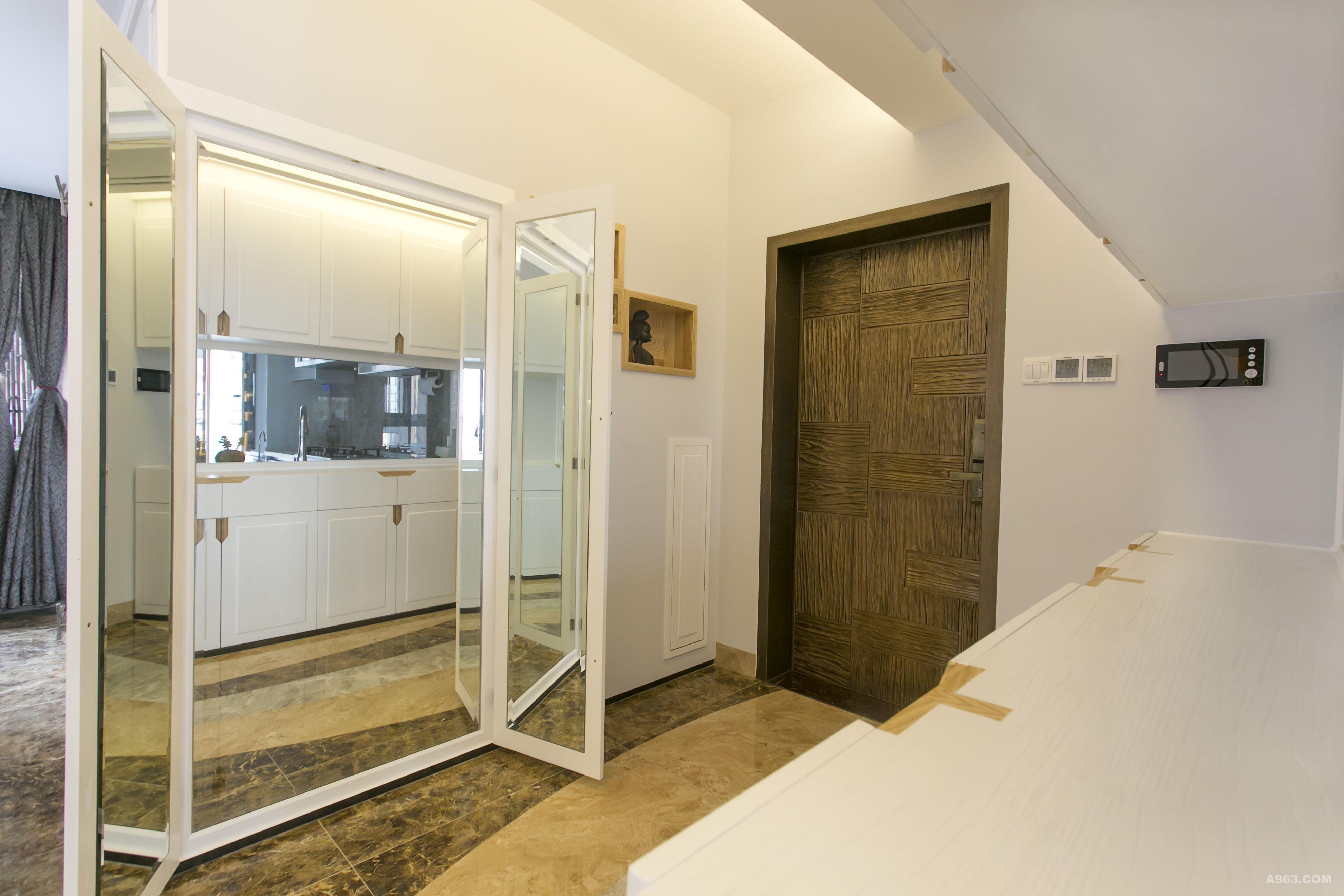 2 在出门左手边上原有不起眼的墙体内嵌三面镜子让业主出门前进行全身仪容仪表整理