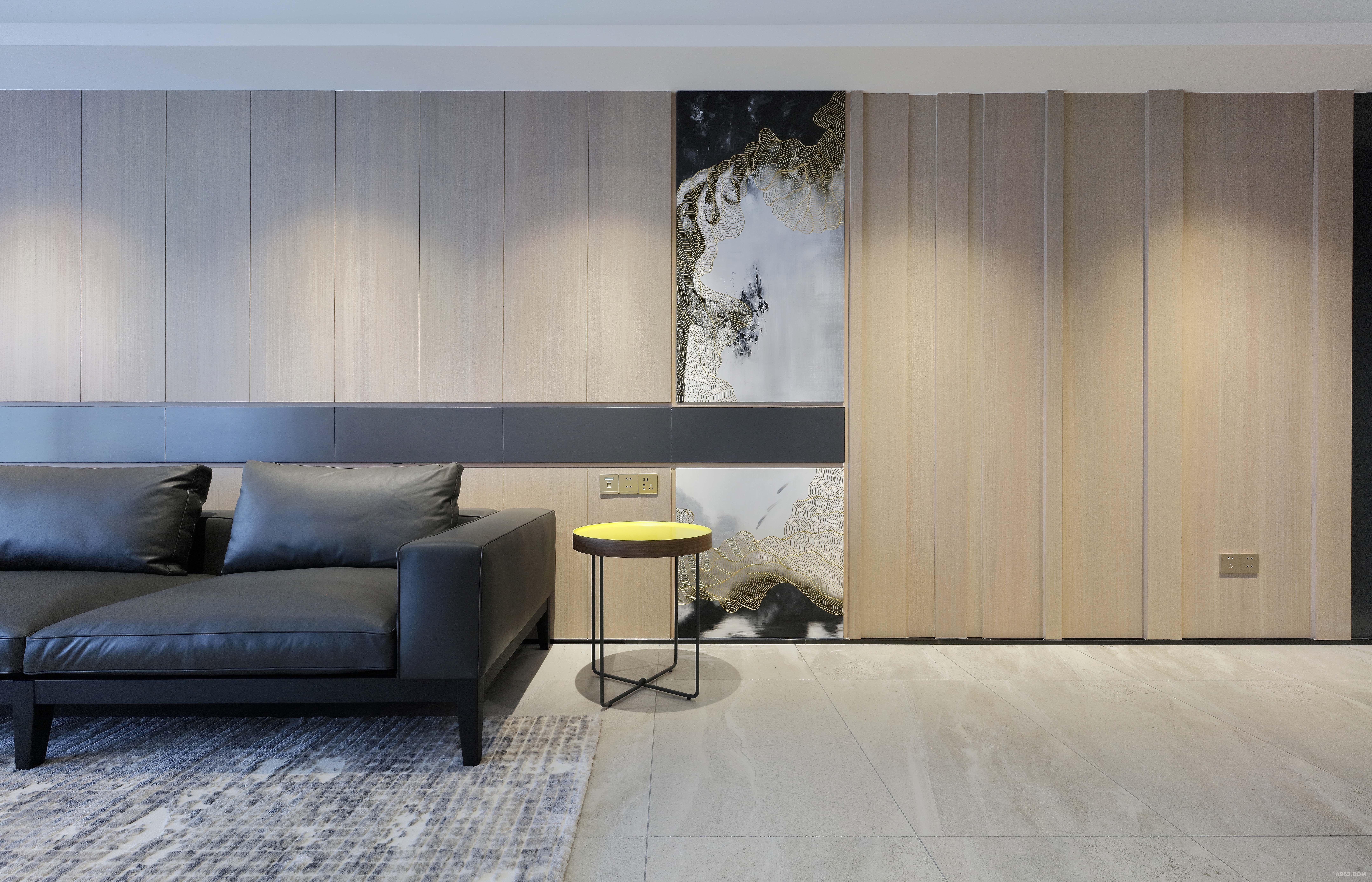 沙发一角 定制油画上墙,将客厅、餐厅连为一体的墙面做分割。增加过道面向客厅的视觉美感。